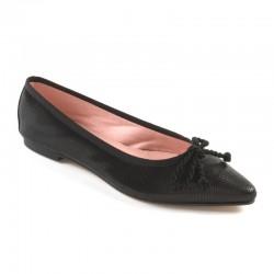 Bailarina plana en piel tipo cocodrilo acharolada, en color negro y con cordón grueso.