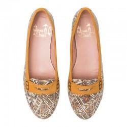 Zapato de tacón en ante negro con tacón dorado.