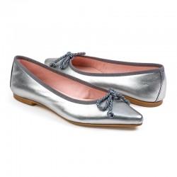 Zapato de tacón en ante color rojo con cordones para atar al tobillo.