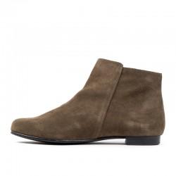 Zapato de salón en ante beige con lacito y tacón medio.