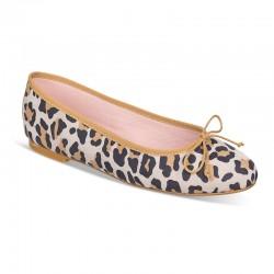 Bailarina ante leopardo y...